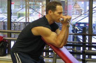 拉力器托臂弯举-追梦健身网