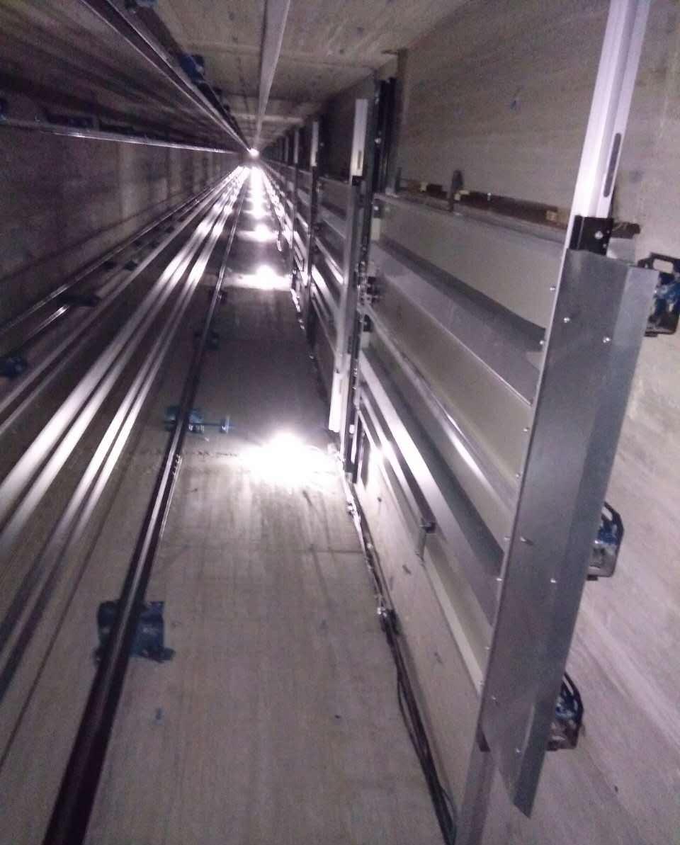 电梯冲顶事故原因及自救方法。