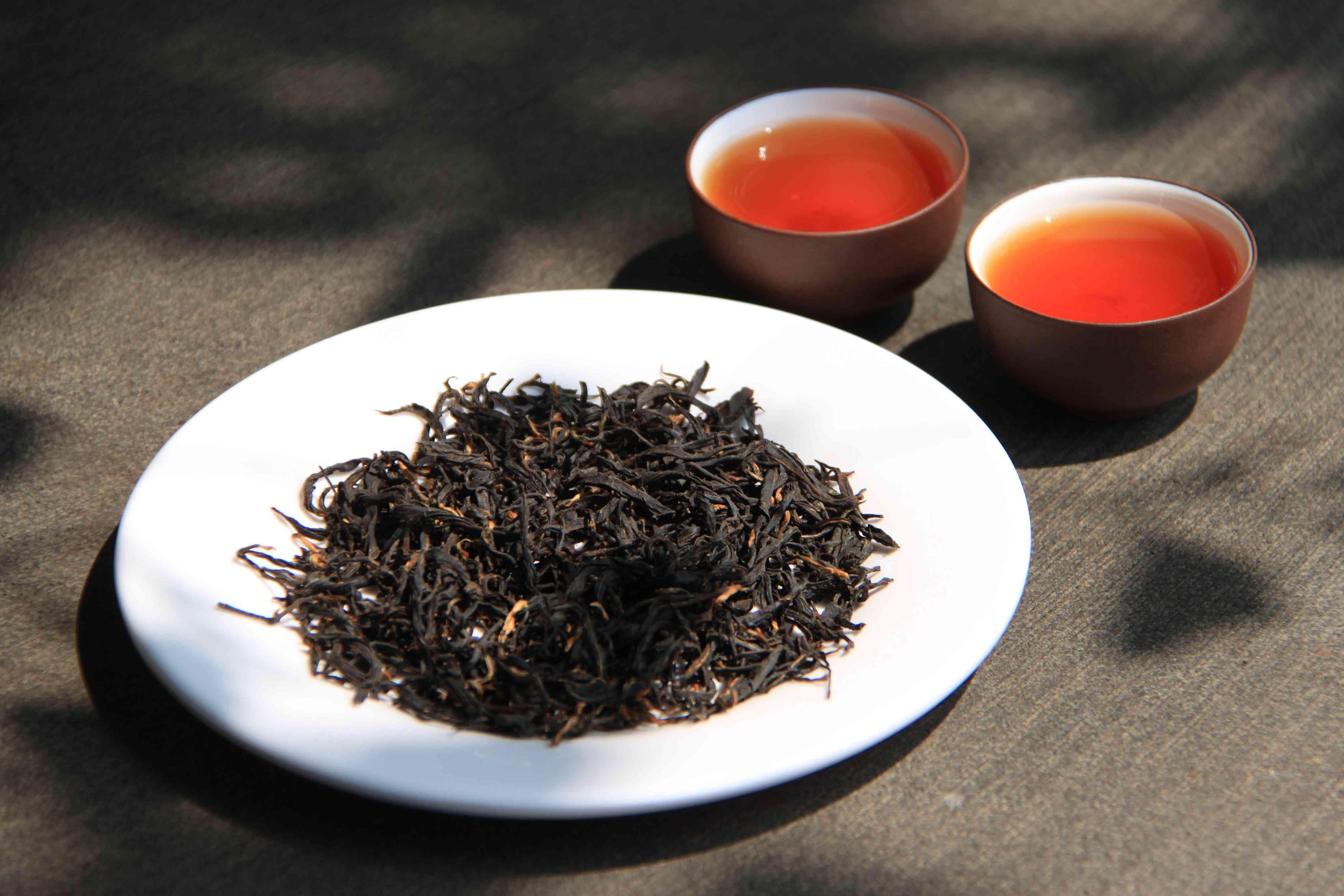 两杯红茶的图片