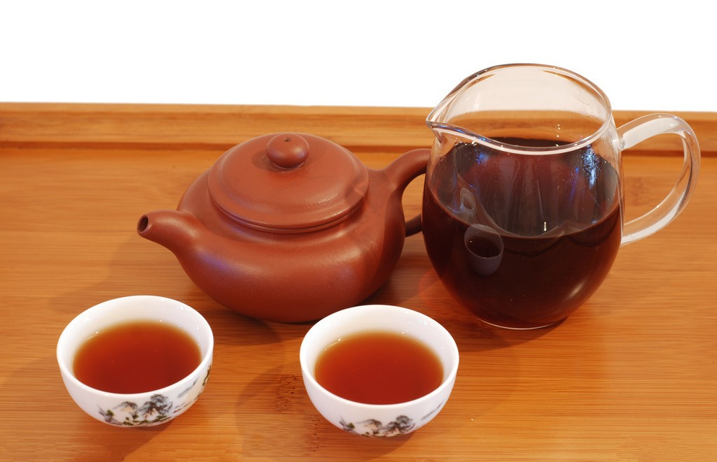 两杯茶和一个紫砂壶的图片