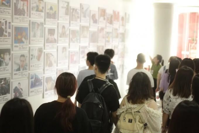 工作人员展示项目墙及全息投影设备