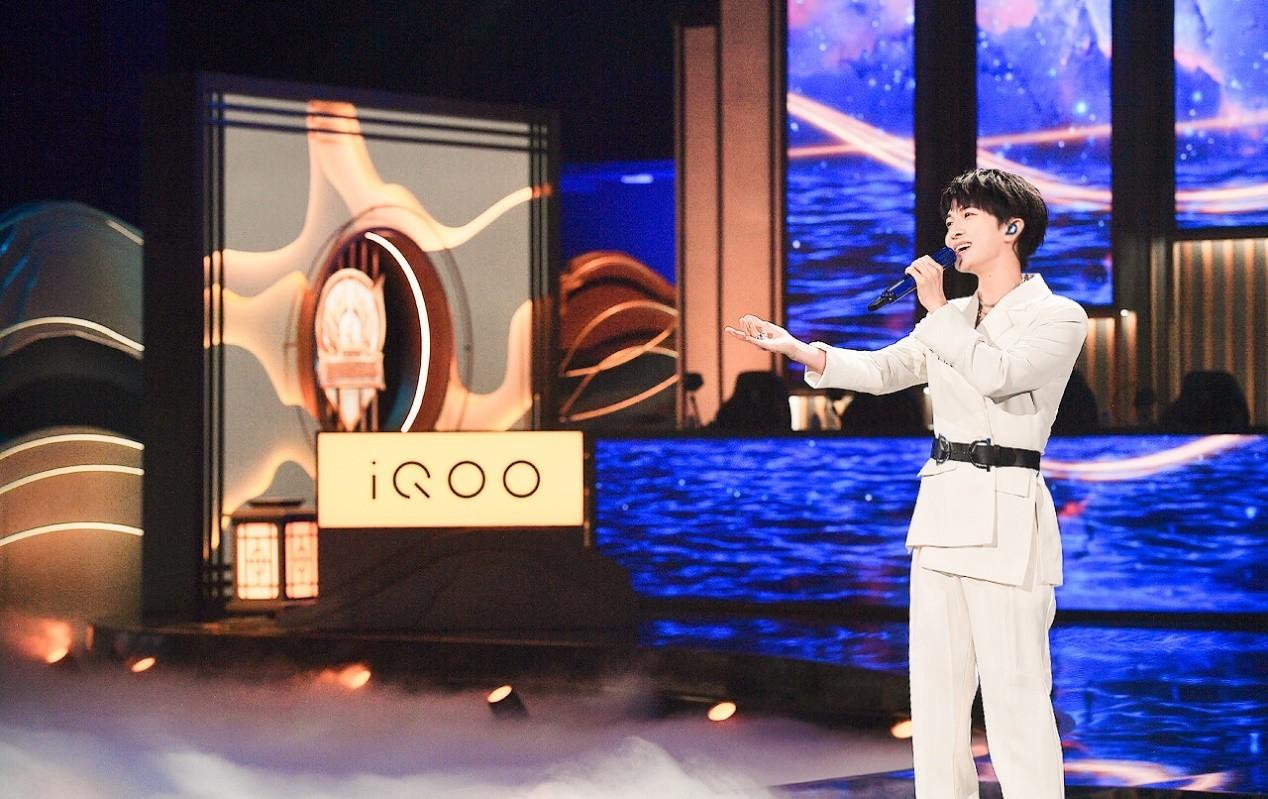 新一代KPL官方用机iQOO 8亮相2021世冠总决赛,iQOO携手周深强悍助阵-翼萌网